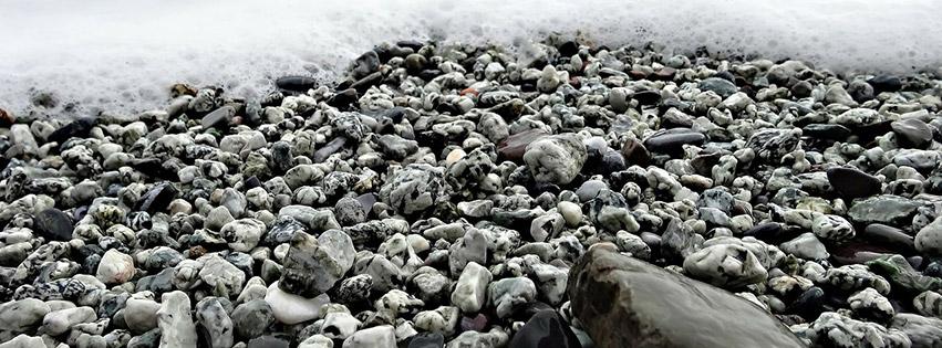 couverture-facebook-plage-galets-mer-ocean-eau-côte-méditerranée-pierres-beach