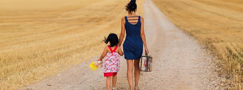 couverture-facebook-valise-jeune-fille-famille-chemin-enfant-fils-suitcase