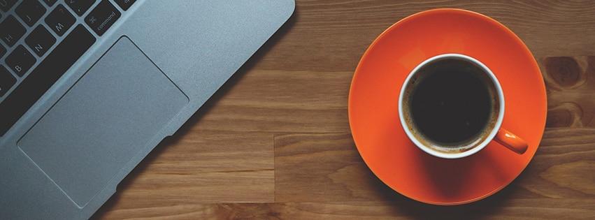cup-of-coffee-tasse-de-café-ordinateur-portable-bureau-macbook