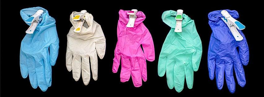 Une paire de gants c'est tout aussi indispensable qu'un masque et cette couverture Facebooks propose de ne pas en occulté l'utilité...