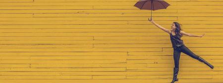 femme parapluie flottants saut fond jaune woman fbcouv.com