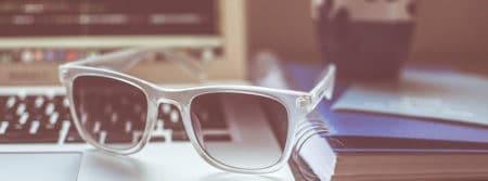 teletravail-lunettes-soleil-ordinateur-portable-Macbook-sunglasses-fbcouv